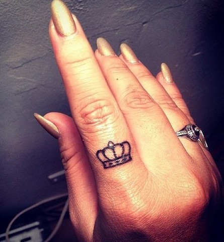 finger-crown-tattoo