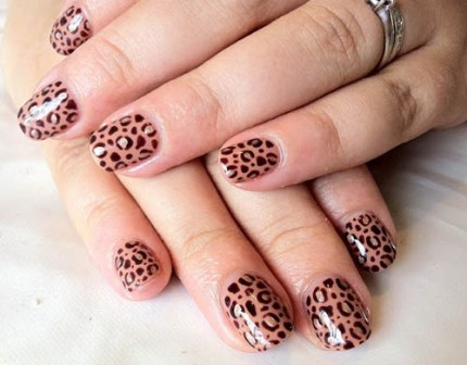 The leopard print shellac nail design looks so elegant and young. Your