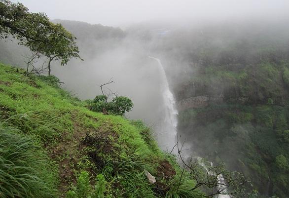 Best Waterfalls Near Mumbai-Lingmala Falls