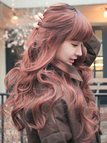 Chic wavy hair and blunt bangs