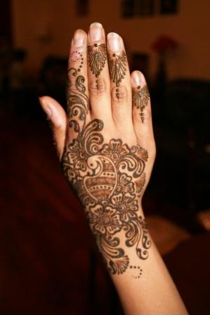 flower mehndi on hands