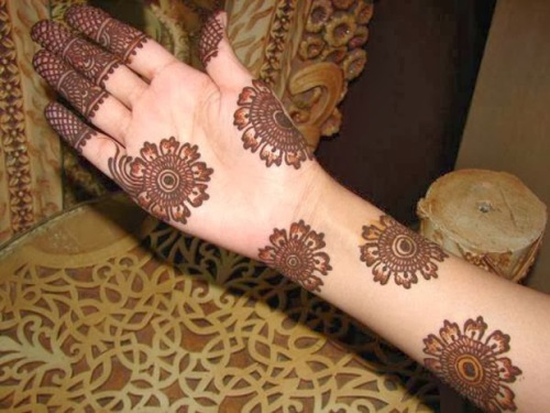 18 amazing engagement mehendi patterns and designs you must try flower and crisscross mehendi design altavistaventures Image collections