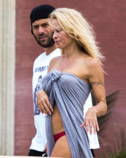 Pamela Anderson without makeup 8