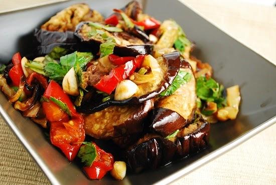 Salatat Bazinjan Eswed Bel Filfil