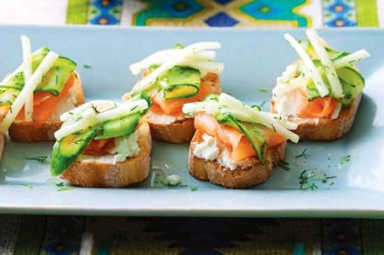 finger food recipes - Smoked salmon crostini with cucumber and pear pickle