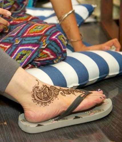 simple brown mehndi for the feet