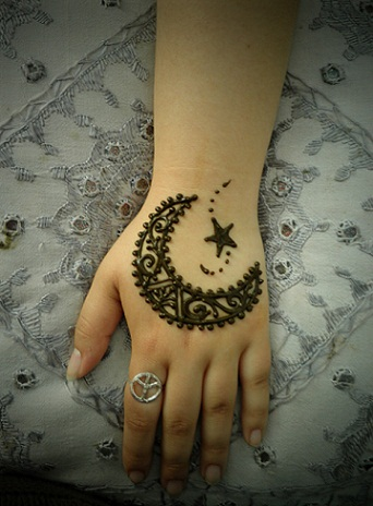 moon shaped mehndi
