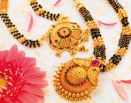 gold-mangalsutra-with-heavy-pendant-set-16