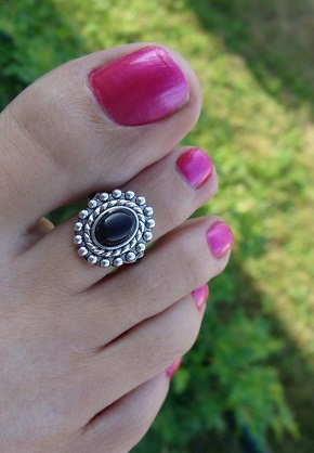 black-stone-toe-ring