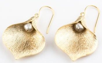 calla-lily-with-pearl-earrings2