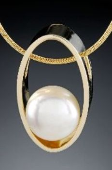 pearl-pendant-in-the-gold-oval