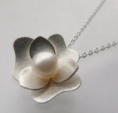silver-flower-pearl-pendant