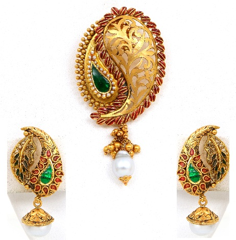 traditional-women-gold-pendant-set