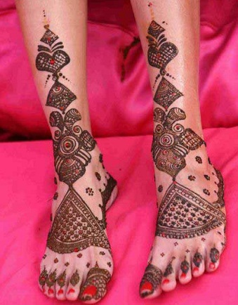 mirror-reflecting-feet-mehndi-design14