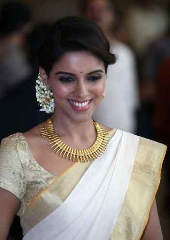 A Kerala Style Golden Saree Blouse