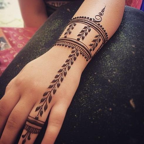 Vine Pattern Bracelet Mehndi Design