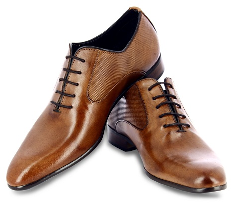 The elongated structured leather men shoes