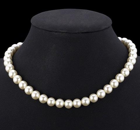 White pearl choker