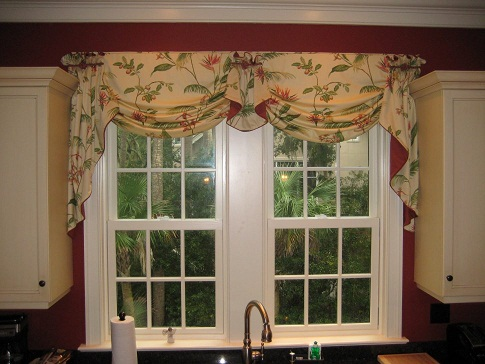 It Is Charming Kitchen Valance Curtain In Silk Fabric The Pure White Consists Of Floral Print Inner Plain Red Colour Which