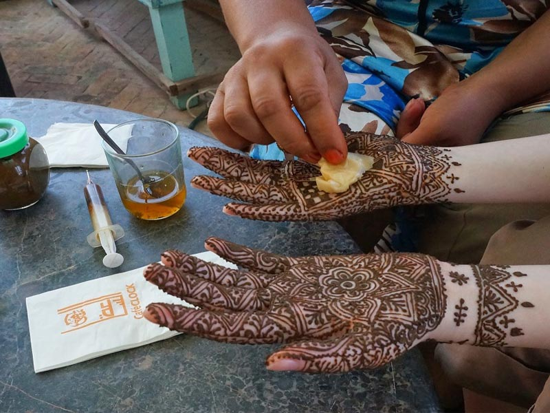 How to Apply Mehndi on Hands for Beginners with Pictures
