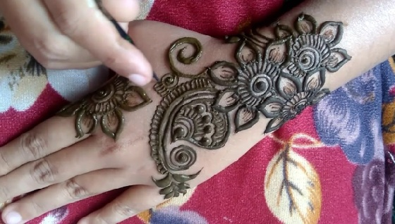 Mehndi Round Design with Buds