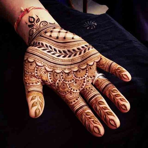 Check out this Arabic Mehndi design that look elegant and trendy.