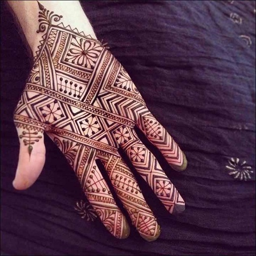 Check out this amazing Egyptian Mehndi design that involves geometrical shapes and patterns.