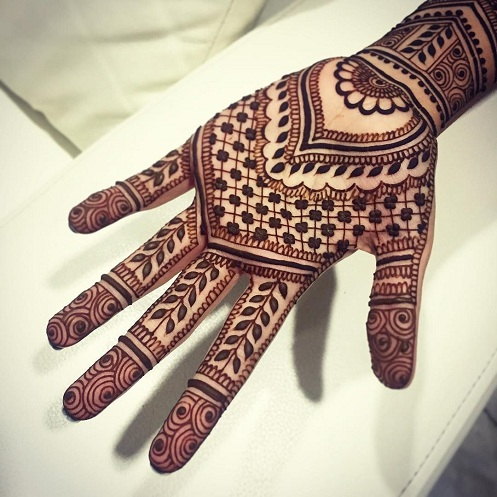 Indian style Mehndi tattoo is encapsulated with mandala designs that look intricate yet simple.