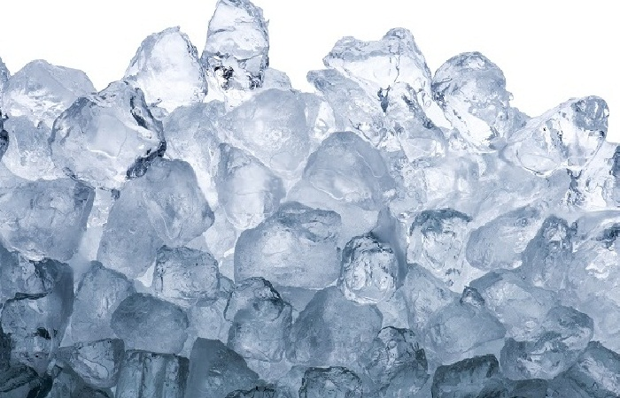 ICE CUBES TO TREAT PIMPLES